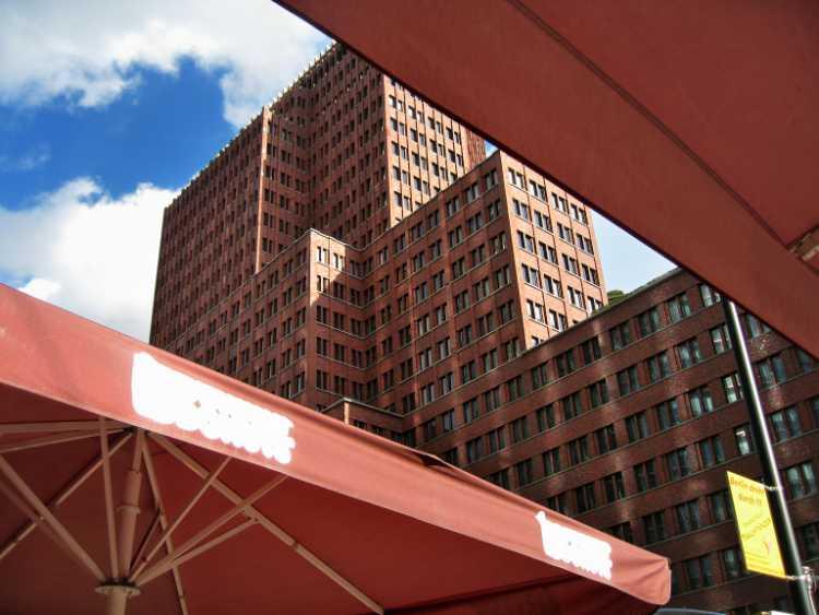 »Kollhoff-Hochhaus», Potsdamer Platz, Berlin, aus dem Portfolio und Künstlerbuch »Sonntagsbilder«, Foto © Friedhelm Denkeler 2007