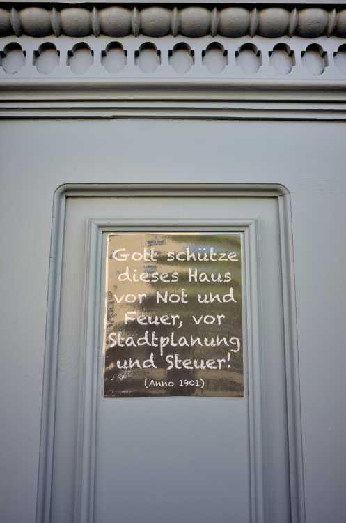 »Gott schütze dieses Haus vor Not und Feuer, vor Stadtplanung und Steuer« (gefunden in Cotbus), Foto © Friedhelm Denkeler 2019
