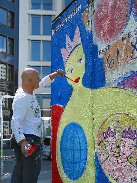 »Street-Art-Künstler Kiddy Citny restauriert seine Mauersegmente auf dem Leipziger Platz«, Foto © Friedhelm Denkeler 2019
