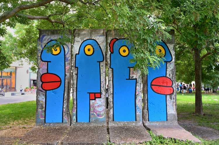 »Vom Street-Art-Künstler Thierry Noir gestaltete Mauersegmente auf dem Leipziger Platz«, Foto © Friedhelm Denkeler 2019