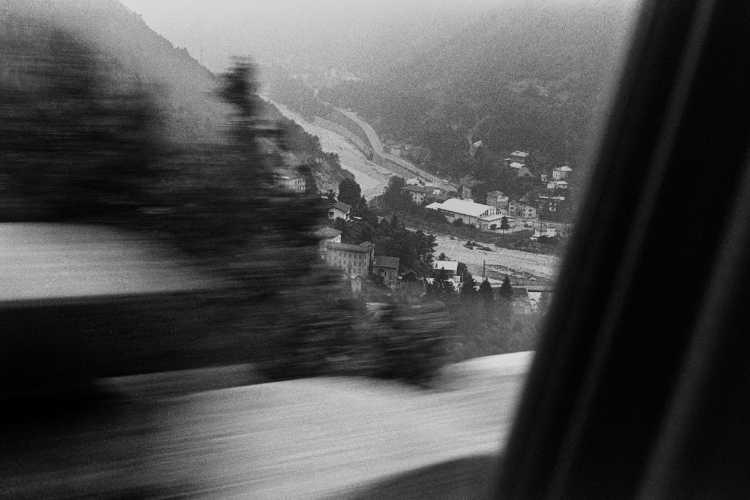 »Blick aus dem Fenster in ein Alpental«, Foto © Friedhelm Denkler 1979