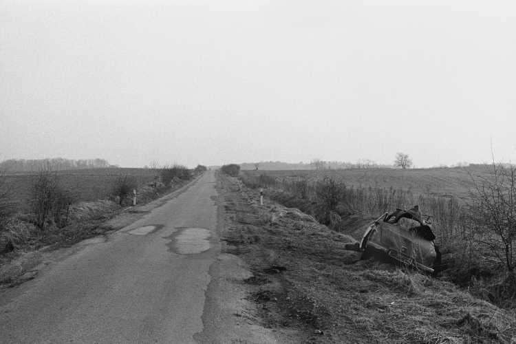 »Landstraße von Eberswalde nach Niederfinow« (Brandenburg), aus dem Portfolio »Bilder eines Jahres – Photographien der Nachwendezeit», Foto © Friedhelm Denkeler 1991