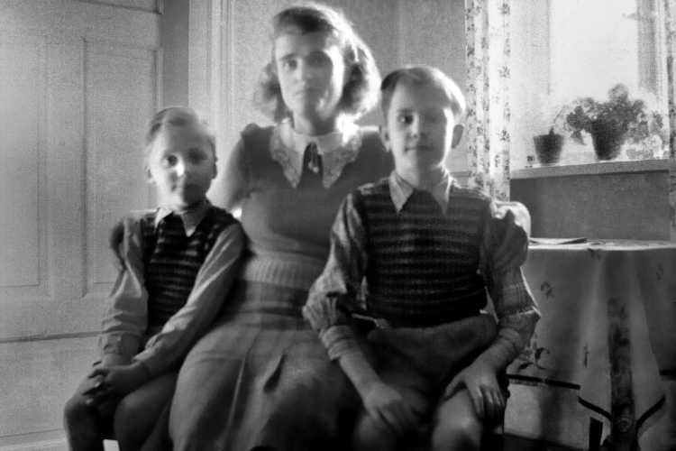 »Im Gegenlicht – Die einzige Aufnahme in unserer Wohnung Varl Nr. 204«, Foto Archiv © Friedhelm Denkeler 1954