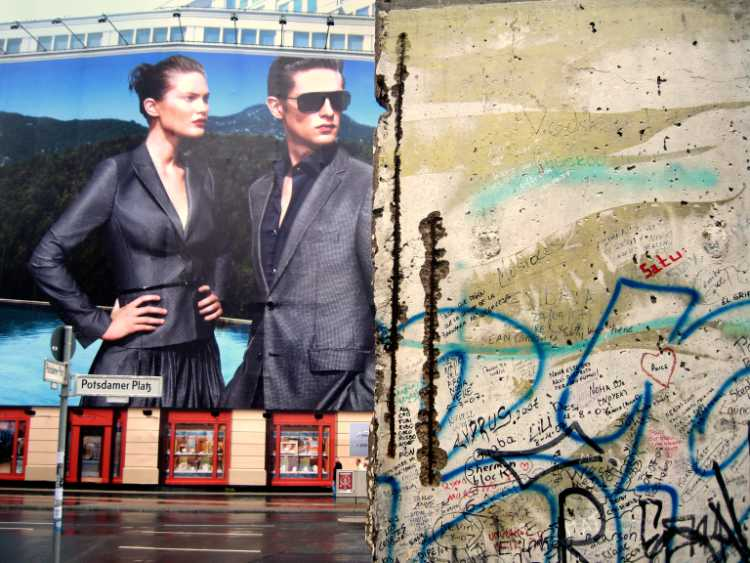»Potemkinsche Fassade und Mauersegment« Potsdamer Platz, Berlin, Foto © Friedhelm Denkeler 2008