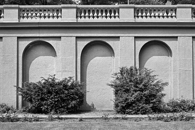 »Die Arkaden im Körnerpark«, aus dem Portfolio und Künstlerbuch »Neunmal Neukölln – Berliner Stadtgänge«, Foto © Friedhelm Denkeler 1979