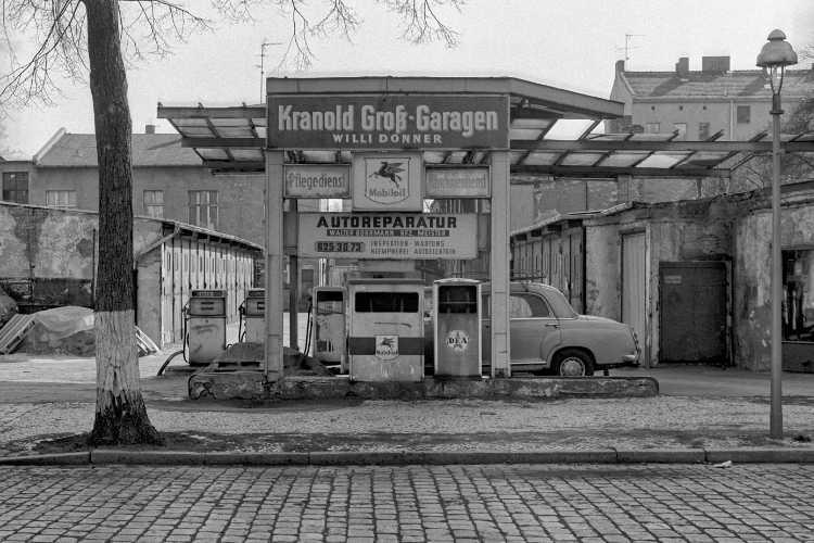 »Die Kranold Groß-Garagen von Willi Donner«, aus dem Portfolio und Künstlerbuch »Neunmal Neukölln – Berliner Stadtgänge«, Foto © Friedhelm Denkeler 1981