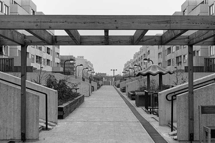 »Leere Fußgängerzone in der High-Deck-Siedlung«, aus dem Portfolio und Künstlerbuch »Neunmal Neukölln – Berliner Stadtgänge«, Foto © Friedhelm Denkeler 1978