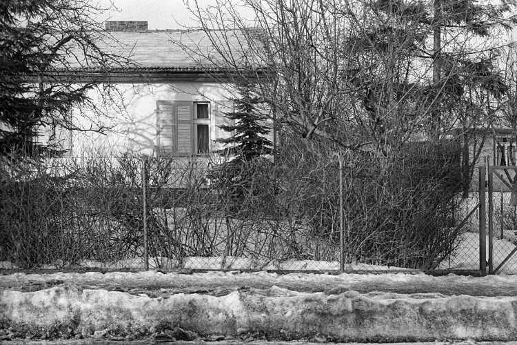 »Eigenheim mit Maschendrahtzaun«, Foto © Friedhelm Denkeler