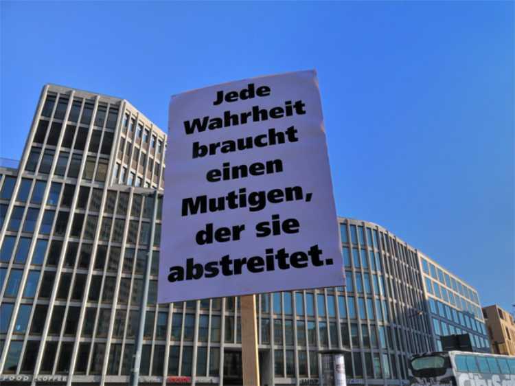 »Jede Wahrheit braucht einen Mutigen, der sie abstreitet«, Foto © Friedhelm Denkeler 2011