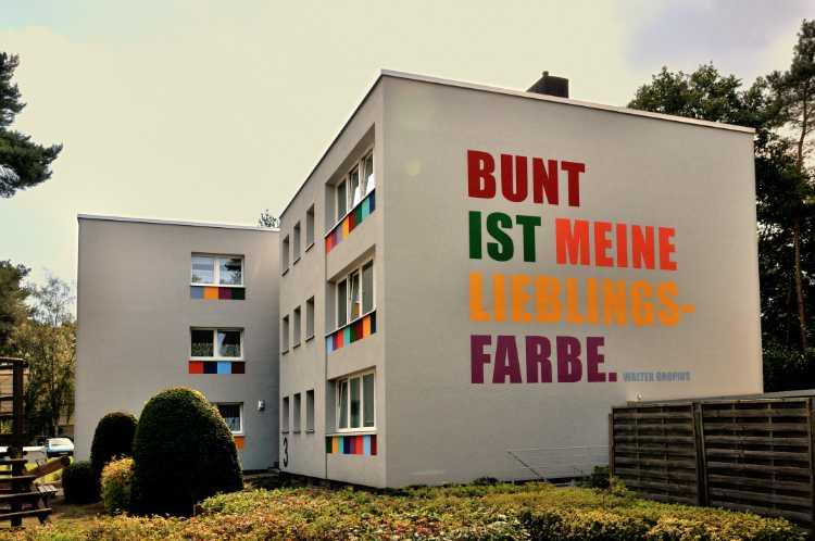 »Bunt ist meine Lieblingsfarbe«, Walter Gropius, gefunden in Espelkamp/Ost-Westfalen, Foto © Friedhelm Denkeler 2012