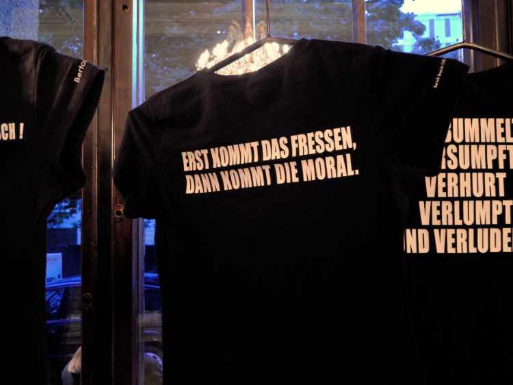 »Erst kommt das Fressen und dann kommt die Moral«, Bertolt Brecht, Dreigroschenoper, Foto © Friedhelm Denkeler 2012