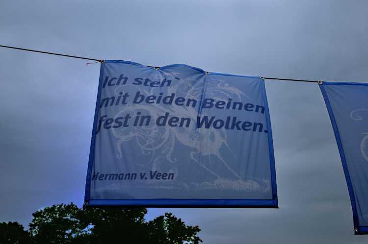 »Ich steh' mit beiden Beinen fest in den Wolken«, Hermann v. Veen, Foto/Grafik © Friedhelm Denkeler 2009