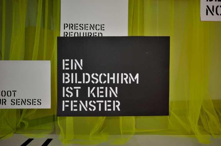 »Ein Bildschirm ist kein Fenster«, gefunden im Bikini-Haus Berlin, Foto/Grafik © Friedhelm Denkeler 2014