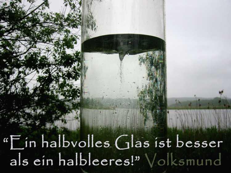 »Ein halbvolles Glas ist besser als ein halbleeres!«, Volksmund, Foto/Grafik © Friedhelm Denkeler 2005
