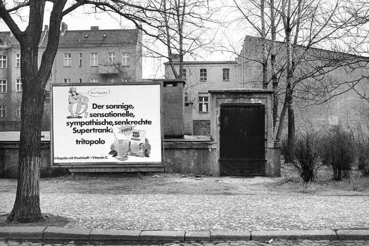 «Tri-Top vor alter Bunkeranlage«, Berlin-Neukölln, Foto © Friedhelm Denkeler 1979