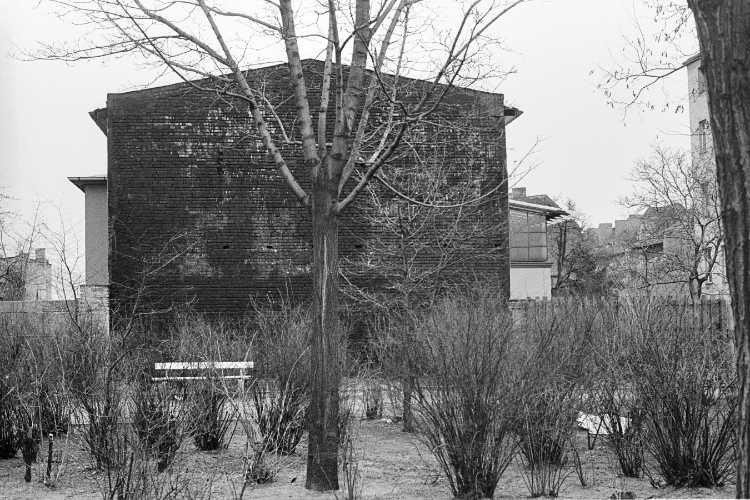 »Mini-Park mit schwarzer Brandwand», Berlin-Neukölln, Foto © Friedhelm Denkeler 1979
