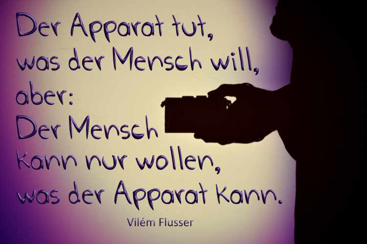 Vilém Flusser: »Der Apparat tut, was der Mensch will: aber: Der Mensch kann nur wollen, was der Apparat kann«, Foto+Grafik © Friedhelm Denkeler 2021