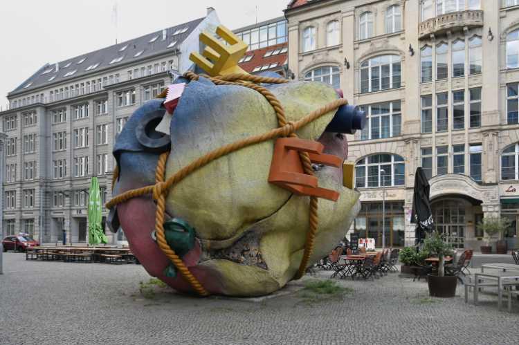 »Houseball« von Claes Oldenburg, Bethlehemkirchplatz, Berlin, Foto © Friedhelm Denkeler 2019