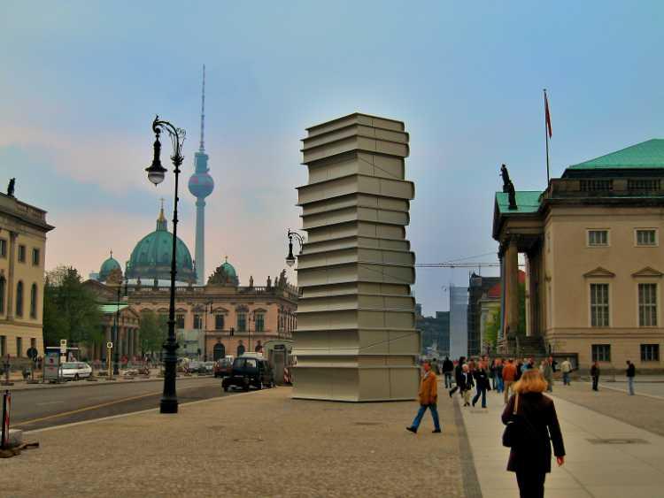 »Der Bücherturm vom Bebelplatz«, Foto © Friedhelm Denkeler 2006