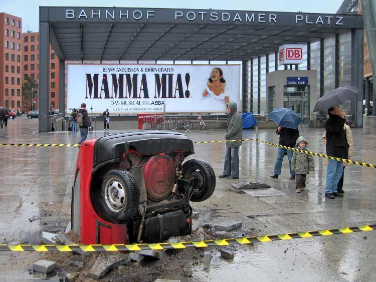 »Mamma Mia! Fallendes Auto rammt den Potsdamer Platz«, Foto © Friedhelm Denkeler 2008